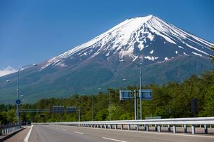 東富士五湖道路と富士山の写真素材 [FYI01682066]