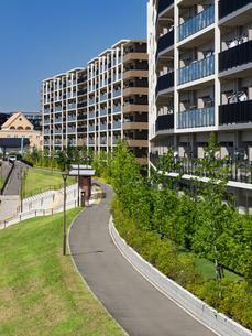 住宅街の大型マンションの写真素材 [FYI01682300]