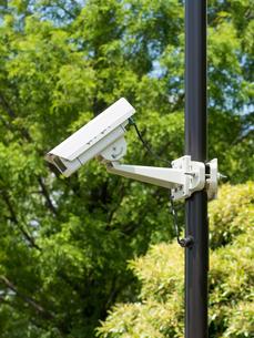屋外に設置された防犯カメラの写真素材 [FYI01682364]