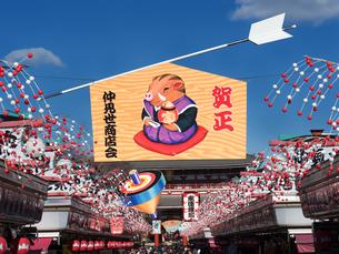 浅草仲見世通りの正月飾りの写真素材 [FYI01682871]