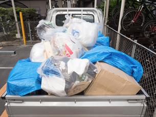 ゴミ袋を積んだ軽トラックの写真素材 [FYI01683013]