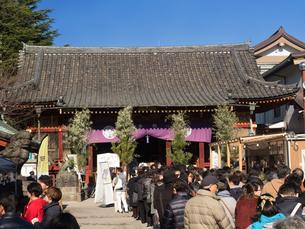 初詣客で賑わう浅草神社の写真素材 [FYI01683399]