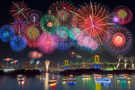 レインボーブリッジと花火の写真素材 [FYI01683436]