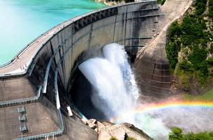 虹のかかる黒部ダムの写真素材 [FYI01683500]