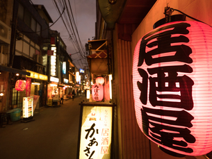 新橋 飲屋街の写真素材 [FYI01683540]