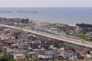 北陸新幹線と日本海の写真素材 [FYI01683826]