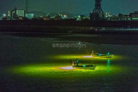 シラスウナギ漁の漁船と光の写真素材 [FYI01684181]