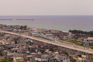 北陸新幹線と日本海の写真素材 [FYI01684193]