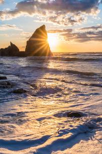 明け方の大波月・小波月海岸の夜明けの写真素材 [FYI01684226]