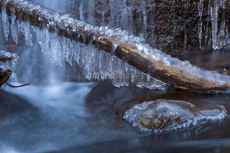 湯川渓谷の流れと飛沫氷の写真素材 [FYI01684247]