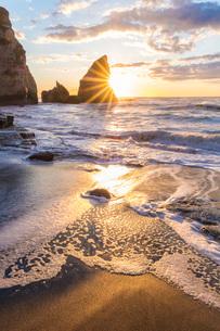 明け方の大波月・小波月海岸の夜明けの写真素材 [FYI01684267]