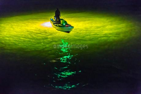 シラスウナギ漁の漁船と光の写真素材 [FYI01684270]