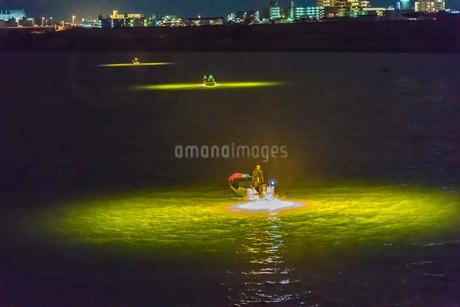 シラスウナギ漁の漁船と光の写真素材 [FYI01684297]