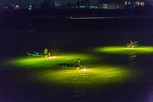 シラスウナギ漁の漁船と光の写真素材 [FYI01684312]