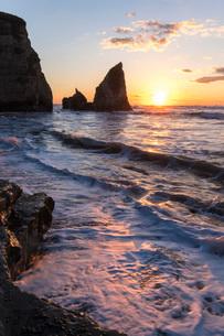 明け方の大波月・小波月海岸の夜明けの写真素材 [FYI01684332]