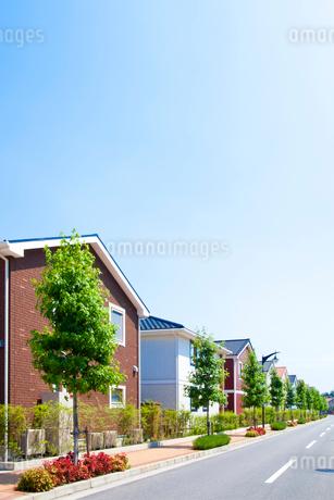 住宅街と青空の写真素材 [FYI01684338]
