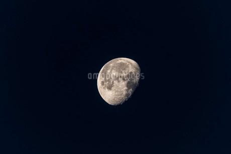 望遠レンズで撮影した月の写真素材 [FYI01684343]