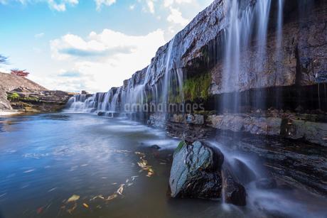 黒滝と青空の写真素材 [FYI01684348]