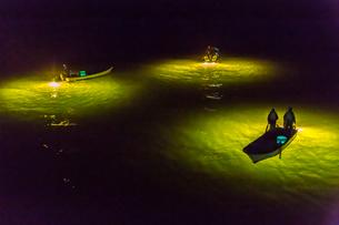 シラスウナギ漁の漁船と光の写真素材 [FYI01684364]