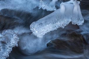 湯川渓谷の流れと飛沫氷の写真素材 [FYI01684371]