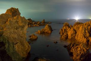 越前海岸の夜景と漁火の写真素材 [FYI01684403]