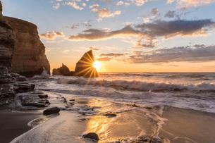 明け方の大波月・小波月海岸の夜明けの写真素材 [FYI01684414]