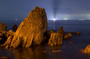 越前海岸の夜景と漁火の写真素材 [FYI01684422]