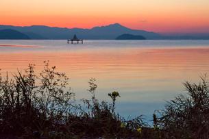 滋賀県 琵琶湖の朝焼けの写真素材 [FYI01684465]