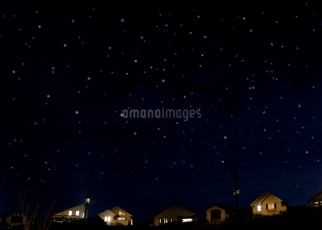 住宅街の夜景の写真素材 [FYI01684471]