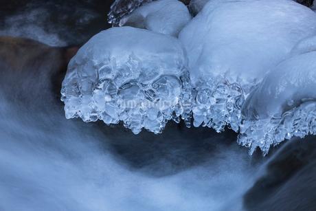 湯川渓谷の流れと飛沫氷の写真素材 [FYI01684564]
