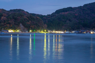 伊根の舟屋の夜景の写真素材 [FYI01684566]