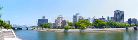 原爆ドームと元安川の写真素材 [FYI01684726]