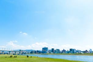 青空と河川敷の写真素材 [FYI01684752]