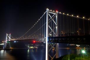 関門橋の夜景の写真素材 [FYI01684778]
