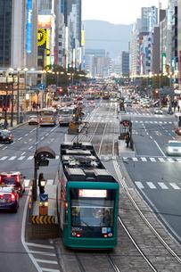 八丁堀の街並と路面電車の写真素材 [FYI01684806]
