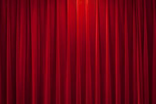 赤いカーテンの写真素材 [FYI01684966]