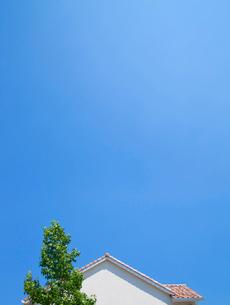 青空と家の屋根の写真素材 [FYI01684980]