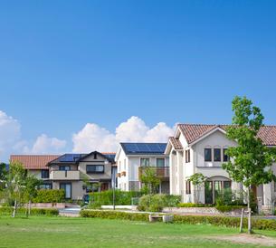 ソーラーパネルを設置した住宅街と青空の写真素材 [FYI01684991]