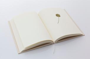 白紙の本と四葉のクローバーのしおりの写真素材 [FYI01685196]