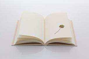 白紙の本と四葉のクローバーのしおりの写真素材 [FYI01685277]