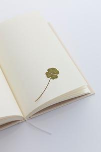 白紙の本と四葉のクローバーのしおりの写真素材 [FYI01685317]