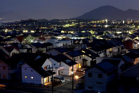 住宅街の夜景の写真素材 [FYI01685323]