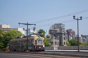 路面電車と原爆ドームの写真素材 [FYI01685382]