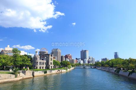 原爆ドームと元安川の写真素材 [FYI01685475]