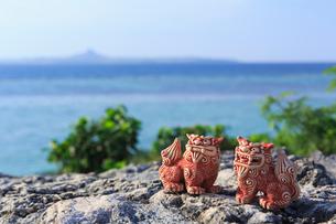 シーサーと沖縄の海の写真素材 [FYI01685590]
