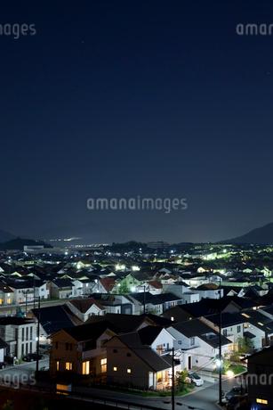 住宅街の夜景の写真素材 [FYI01685618]
