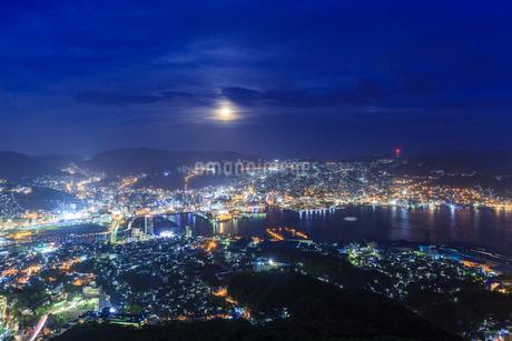稲佐山からののぞむ長崎の夜景の写真素材 [FYI01685712]