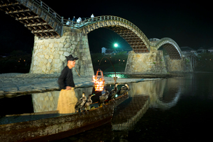 夜の錦帯橋と鵜飼の写真素材 [FYI01685825]