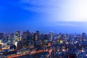 夕暮れの大阪の街並みの写真素材 [FYI01685851]
