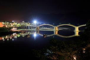 夜の錦帯橋と鵜飼の遊覧船の写真素材 [FYI01685862]